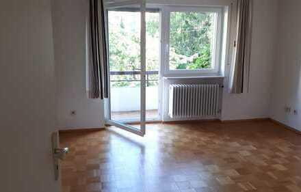Möbliertes Zimmer mit Loggia und Blick in Garten