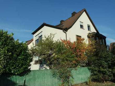 Freistehendes 1- bis 2-Familienhaus mit Süd-Terrasse und Süd-Balkon, Garten und 2 Garagen