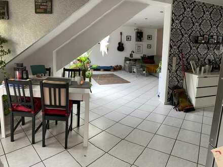 Sonnige 3,5-Zimmer-Dachgeschosswohnung mit kleinem Balkon und Einbauküche in Karlsruhe-Durlach
