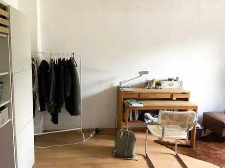 Großes, helles Zimmer und eigenes Badezimmer in einer Haushälfte