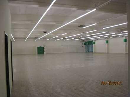 940 qm Hallenfläche mit Nebenräumen in verkehrsgünstiger Lage zu vermieten