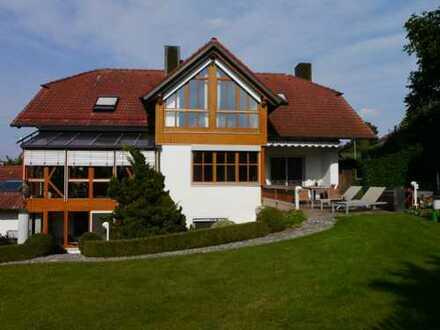 Hochwertige 4-Zimmer-Dachgeschosswohnung mit Einbauküche, Balkon und Garten von privat