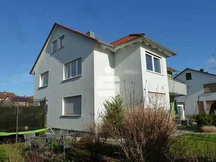 Ruhig, sonnig und viel Grün: Neuwertig modernisiertes Zweifam.-Wohnhaus mit zusätzl. ausgeb. Dach
