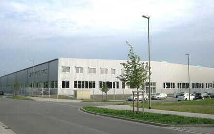 Produktions- und Fertigungshalle mit Außenlager/ Baureserve in Industriegebiet.