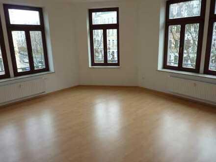 Mieten Sie eine helle geräumige 2-Raum mit Eck-Wohnzimmer in Altendorf!