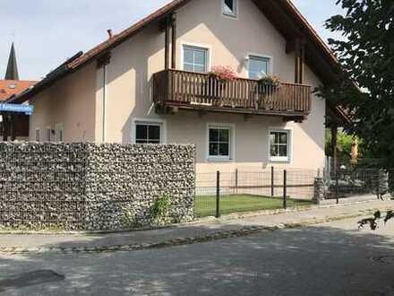 Sanierte DG-Wohnung mit drei Zimmern und Balkon in Niederaichbach