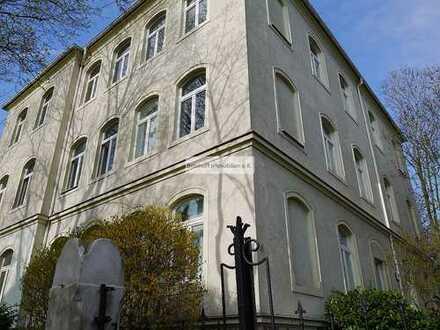 Besondere Singlewohnung mit großen Fensterflächen und außergewöhnlicher Raumachse!