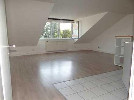 Helle und moderne 2-Zimmer-DG-Wohnung mit EBK im Kölner Westen