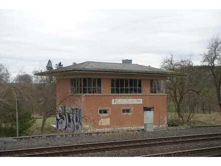 Ehemaliges Stellwerksgebäude in der Nähe des Bahnhofs