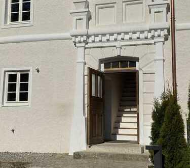 Traumhaftes Wohnen am Schloss: großzügige Haushälfte in kernsaniertem Denkmal