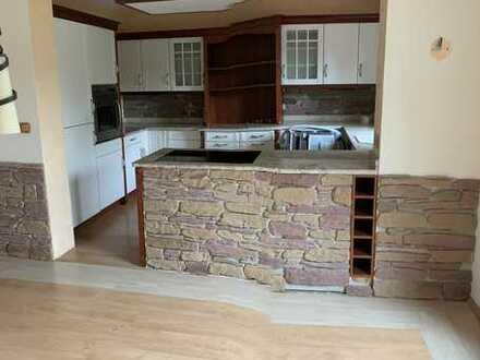 Großzügige 2,5-Zimmer-Erdgeschosswohnung mit Charme in Zweifamilienhaus. Einbauküche incl.