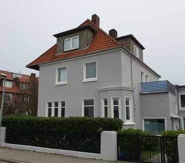 Schöne zwei Zimmer Wohnung mit Balkon und EBK in alter Villa