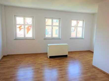 **Helle und geräumige 2-Zimmer-Wohnung direkt an der Stadtmauer für Alleinstehende und Paare**