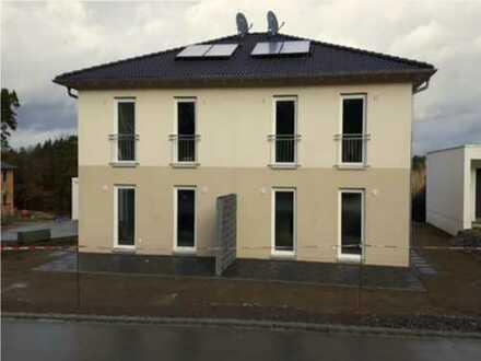 Modern und hell: Haus (DHH/Neubau) mit Terrasse, kl. Garten und Garage