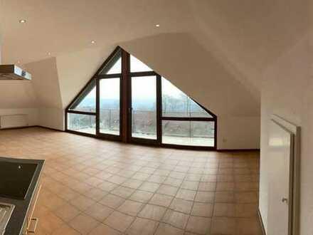 Vollständig renovierte DG-Wohnung mit zwei Zimmern sowie Balkon und Einbauküche in Stromberg