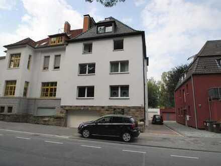 Vis-à-vis des Stadtparks: helle, großzügige Komfortwohnung mit Garage und Terrasse!