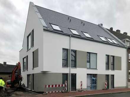Stilvoller Neubau im Zentrum; 2-Zimmer-Erdgeschoss-Wohnung mit Einbauküche und Terrasse