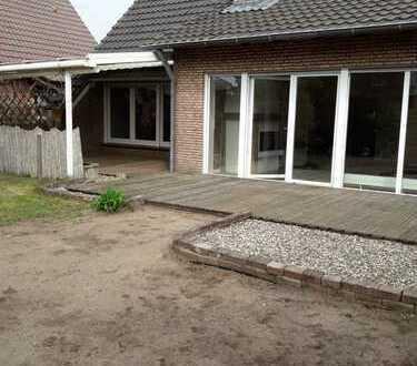 helle und großzügig geschnittene EG-Wohnung mit Garten und überdachter Terasse