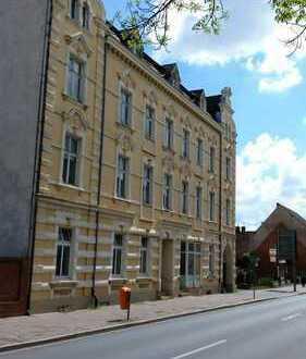 Teilsanierter Altbau: Großes Mehrfamilienhaus mit 3 Garagen zentral in Demmin