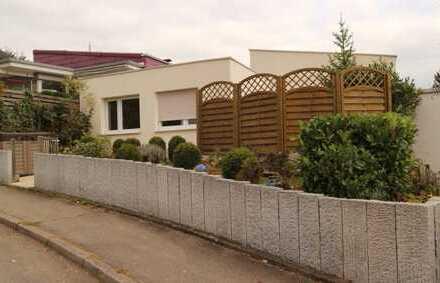 Schönes gepflegtes Reihenmittelhaus mit neuwertiger EBK, Terrasse sowie Einzelgarage in Aidlingen
