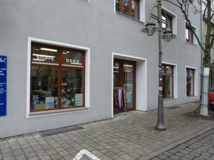 Im Zentrum Schwandorfs: attraktive, freie Büro-/Praxisräume oder Verkaufsfläche im Erdgeschoß!