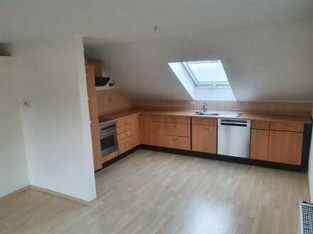 Gepflegte Dachgeschosswohnung mit drei Zimmern sowie Balkon und Einbauküche in Kempten
