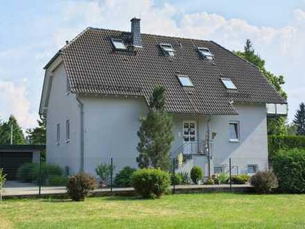 Hochwertiges, freistehendes Zweifamilienhaus mit herrlichem Garten