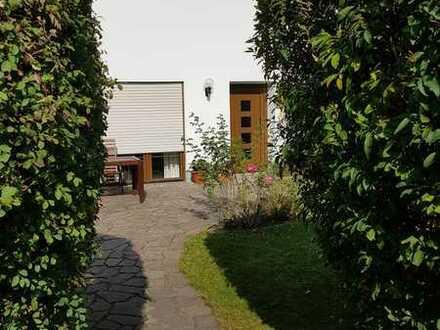 Großzügige Vier-Zimmer-Wohnung mit kleinem Garten und eigenem Eingang