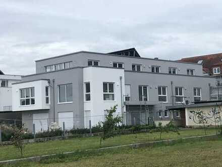 Privatsphäre und Komfort in 3 Zimmer-Neubau-Erstbezug mit großem Süd-Balkon und Skyline-Blick