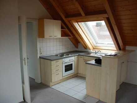 Gepflegte 2-Raum-Dachgeschosswohnung mit Balkon und Einbauküche für Singles