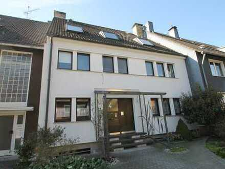 Vier-Familienhaus: Mehr als nur ein Renditeobjekt - Eigentümerwohnung sofort bezugsfrei...