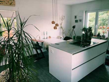 Schöne, neu renovierte 2-Zimmer-Wohnung und Wohnküche mit hochwertiger Einbauküche, Duschbad, Balkon
