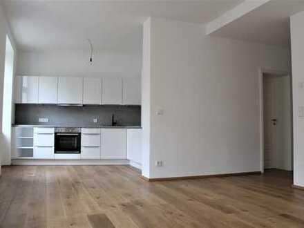2 Zi. Wohnung mit Loft Charakter, EBK, hohe Decken, helle Räume, großer Balkon mit Ostausrichtung.