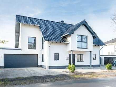 Neuwertiges Einfamilienhaus mit Doppelgarage und schöner Gartenanlage!