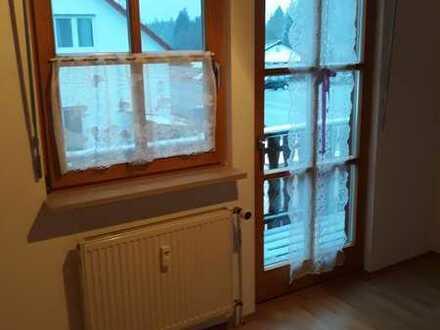 Gepflegte 2-Raum-DG-Wohnung mit Balkon und Einbauküche in Röthenbach im Allgäu
