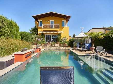 Luxus Villa mit einzigartiger Poollandschaft in traumhaftem Garten