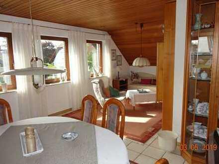 Neuwertige 3 bis 4-Zimmer-DG-Wohnung mit Balkon und Einbauküche in Münzenberg
