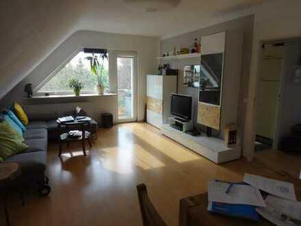 Moderne & helle 2-ZKB im DG mit Laminat und Balkon im Südwesten von Frankfurt