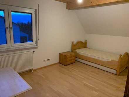Zwei Zimmer im Einfamilienhaus frei