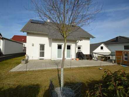Hohenstein-Born: Ein modernes Einfamilienhaus mit Doppelgarage in direkter Feldrandlage
