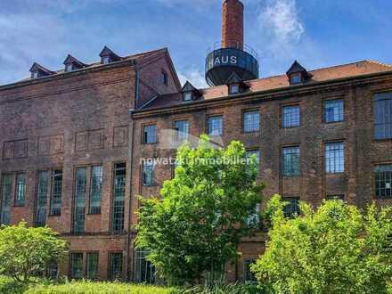 Büroloft hinter historischer Industriearchitektur