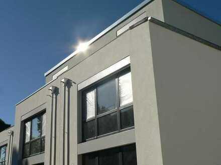 Reihenhausstyle mit direktem Tiefgaragenzugang, Terrasse, Garten und Dachterrasse!