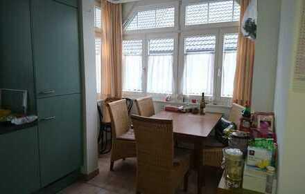 zentral gelegenes, teilmöbl. Zimmer in 4er-Frauen-WG mit gut ausgestatteter EBK