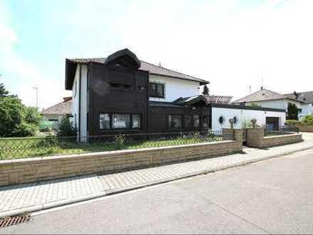 Großzügiges Einfamilienhaus mit separatem Gästehaus und Schwimmhalle auf exklusivem Grundstück