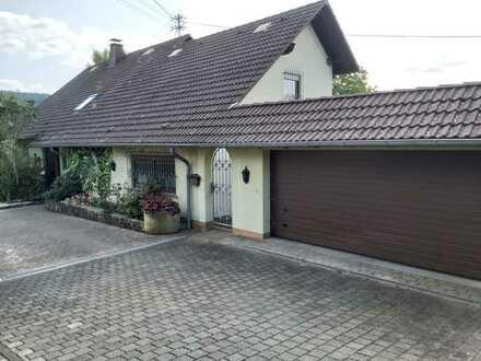 Modernisiertes Mehrfamilienhaus mit zehn Zimmern, 2 Wohnungen, und EBK in 55758 Allenbach