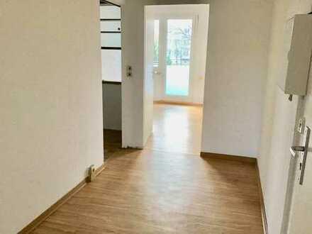 Schöne-Renovierte 3-Zimmer-Wohnung mit Balkon.Besichtigung am 23.4. um 15.00 Uhr TEL.0172/3954517