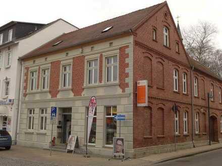 Große Gewerbeeinheit (Einzelhandel, Büro) mit viel Schaufenster am Markt in Loitz