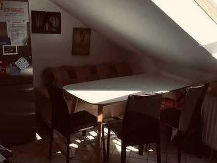 schöne Dachgeschoss Wohnung/5-er WG in perfekter Lage
