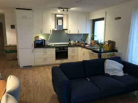 Neuwertige Wohnung mit drei Zimmern sowie Terasse und Einbauküche