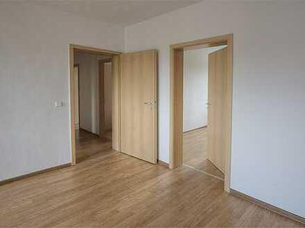 Frisch renoviert, 2 Zimmer + Balkon, Einbauküche optional!